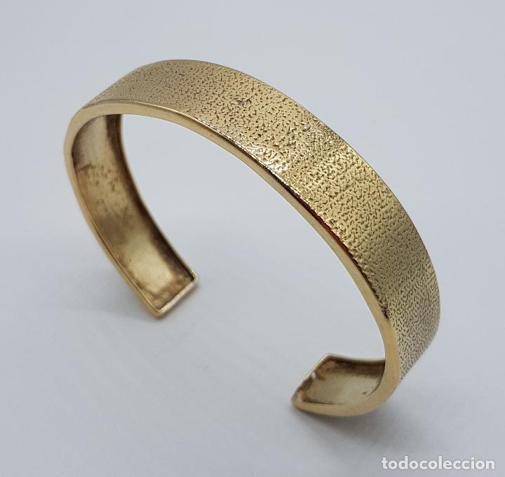 Joyeria: Elegante brazalete antiguo en plata de ley chapado en oro de 18k con acabado grabado . - Foto 3 - 163515934