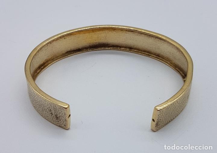 Joyeria: Elegante brazalete antiguo en plata de ley chapado en oro de 18k con acabado grabado . - Foto 5 - 163515934