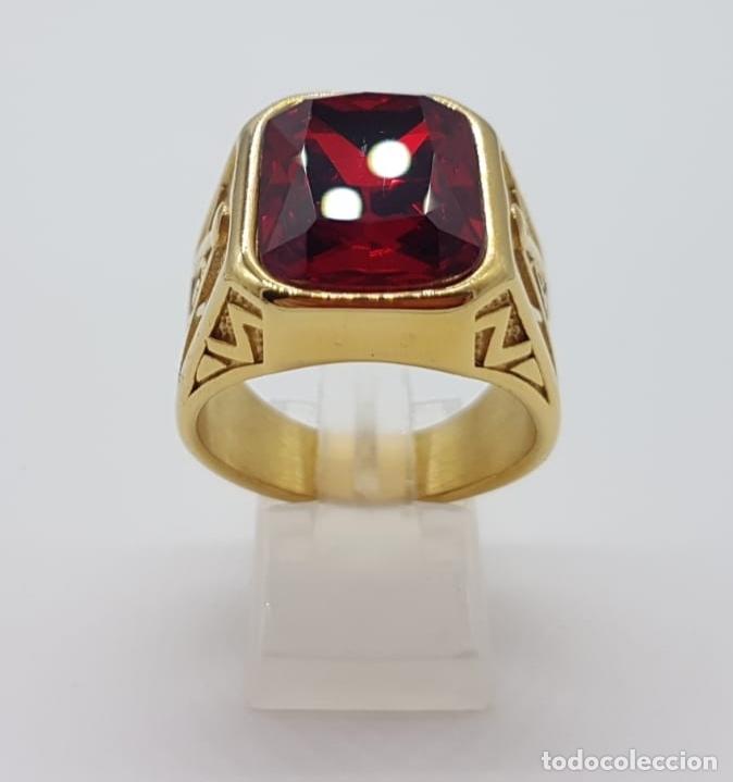 Joyeria: Gran anillo de caballero tipo sello solitario Masónico chapado en oro de 18k y símil de rubi . - Foto 2 - 180082893