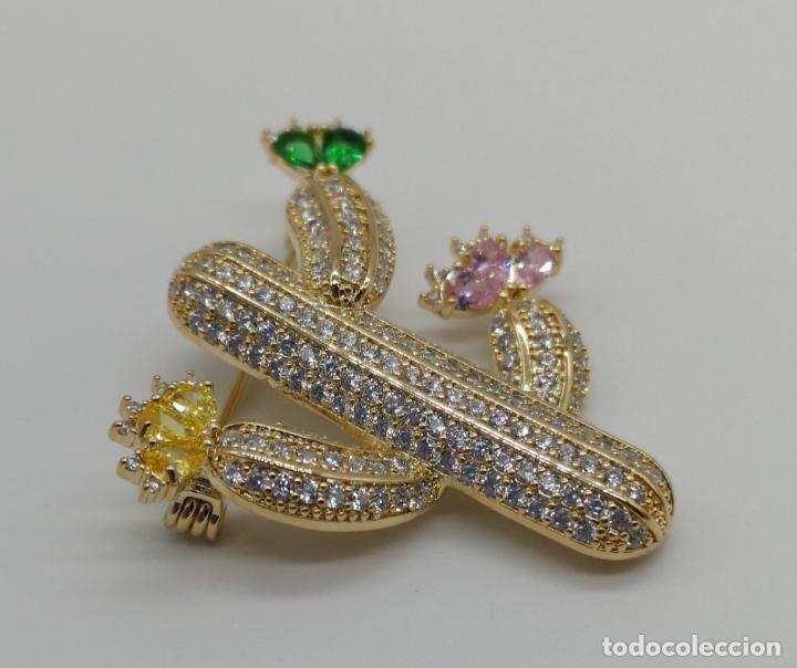 Joyeria: Magnífico broche de lujo con acabado en oro de 18k, pavé de circonitas y pedrería talla marqués . - Foto 2 - 176883563