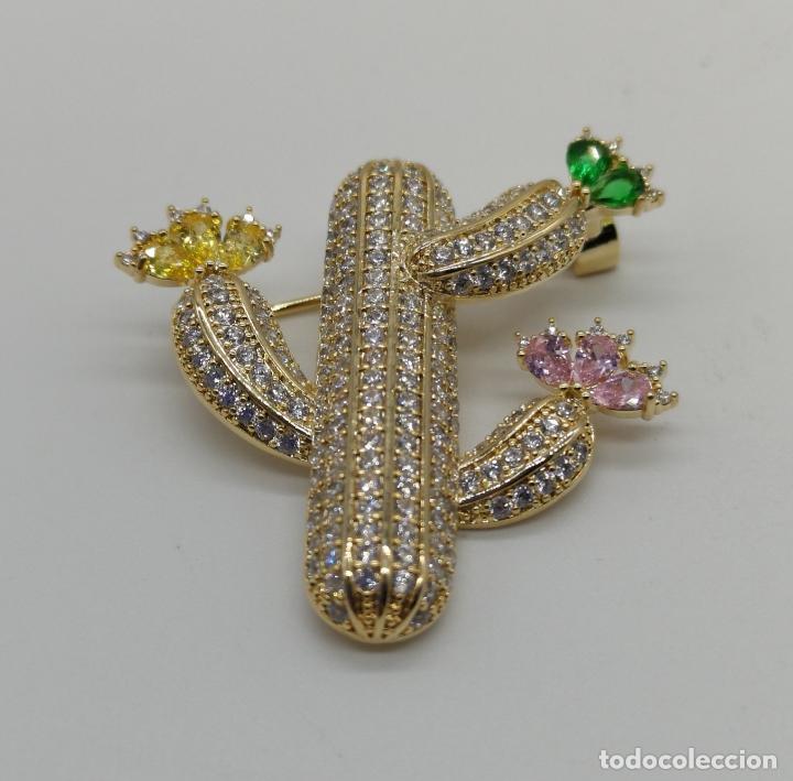 Joyeria: Magnífico broche de lujo con acabado en oro de 18k, pavé de circonitas y pedrería talla marqués . - Foto 3 - 176883563