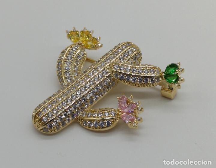Joyeria: Magnífico broche de lujo con acabado en oro de 18k, pavé de circonitas y pedrería talla marqués . - Foto 4 - 176883563