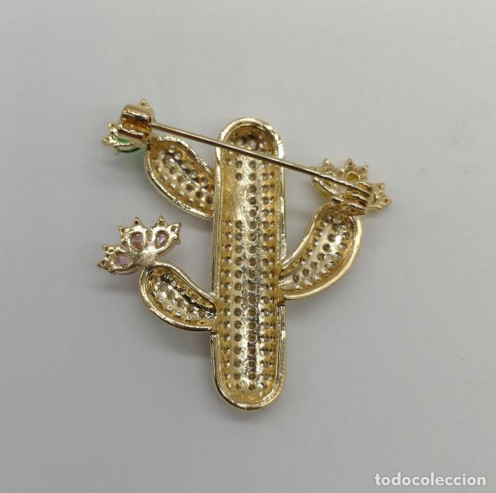 Joyeria: Magnífico broche de lujo con acabado en oro de 18k, pavé de circonitas y pedrería talla marqués . - Foto 5 - 176883563
