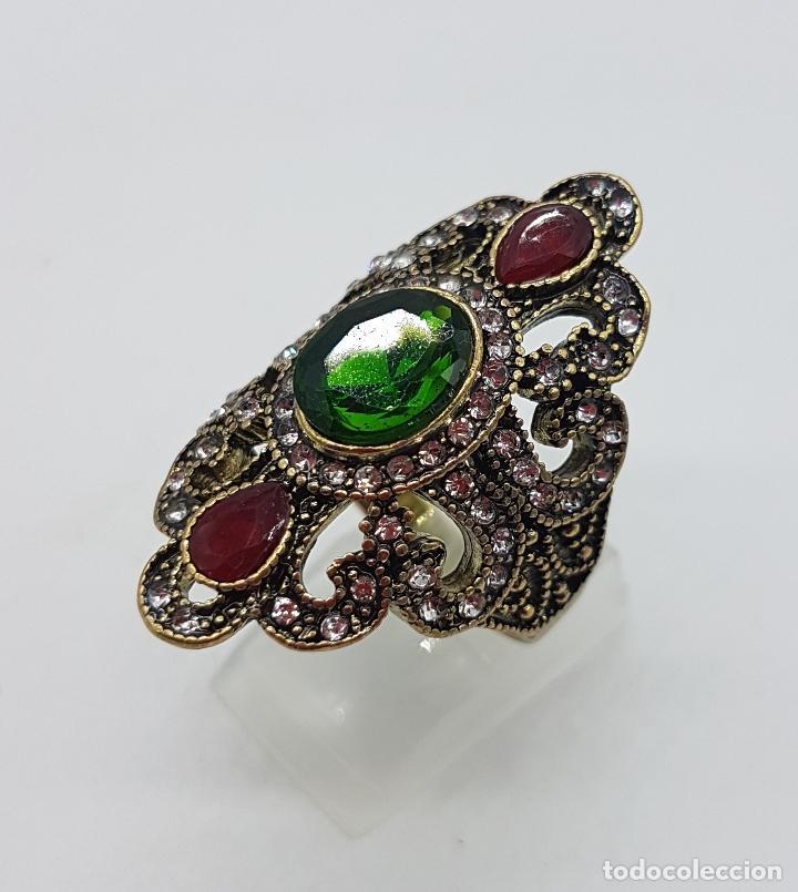 Joyeria: Gran anillo tipo imperio con acabado en oro viejo, símil de esmeraldas, rubis y circonitas . - Foto 2 - 166893918