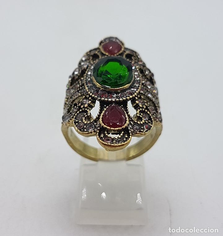 Joyeria: Gran anillo tipo imperio con acabado en oro viejo, símil de esmeraldas, rubis y circonitas . - Foto 3 - 166893918
