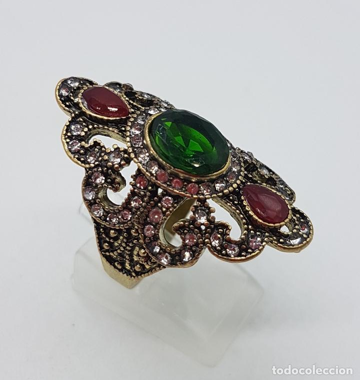 Joyeria: Gran anillo tipo imperio con acabado en oro viejo, símil de esmeraldas, rubis y circonitas . - Foto 4 - 166893918