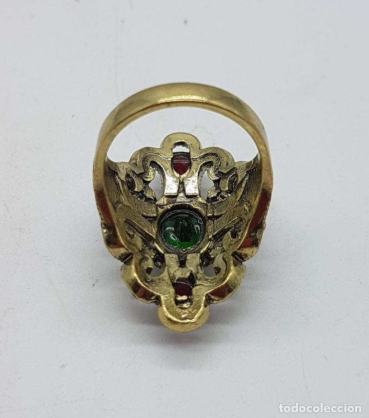 Joyeria: Gran anillo tipo imperio con acabado en oro viejo, símil de esmeraldas, rubis y circonitas . - Foto 5 - 166893918