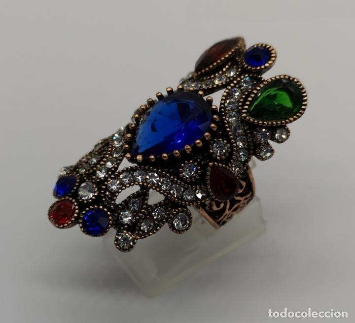 Joyeria: Gran anillo tipo imperio con acabado en oro viejo, símil de esmeraldas, rubis, zafiros y circonitas - Foto 2 - 169763632