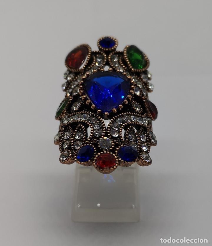 Joyeria: Gran anillo tipo imperio con acabado en oro viejo, símil de esmeraldas, rubis, zafiros y circonitas - Foto 3 - 169763632