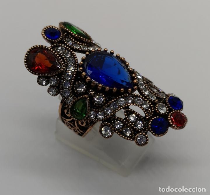 Joyeria: Gran anillo tipo imperio con acabado en oro viejo, símil de esmeraldas, rubis, zafiros y circonitas - Foto 4 - 169763632