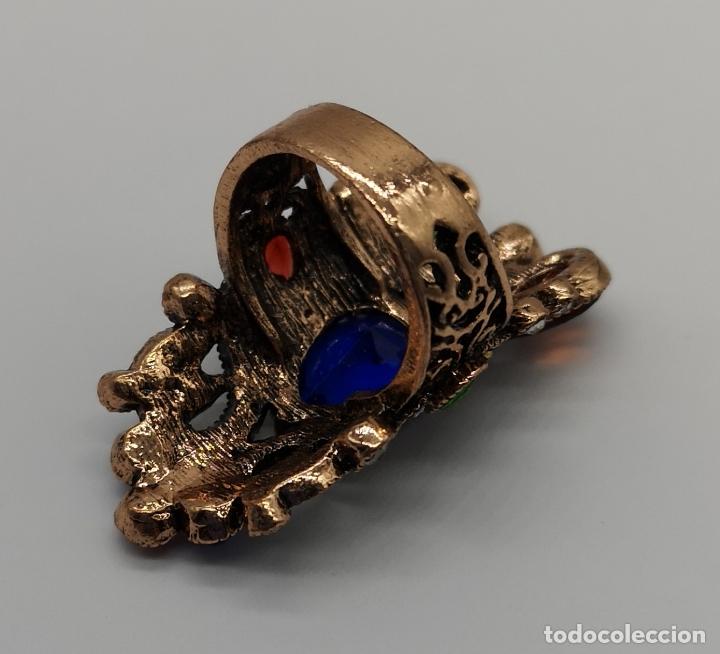 Joyeria: Gran anillo tipo imperio con acabado en oro viejo, símil de esmeraldas, rubis, zafiros y circonitas - Foto 5 - 169763632