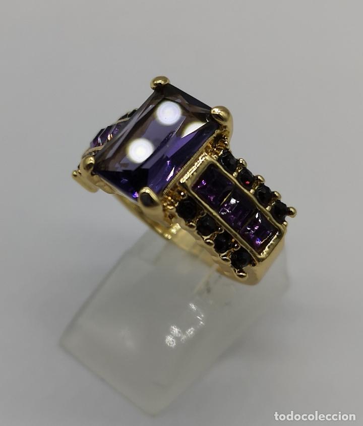 Joyeria: Bello anillo tipo vintage con amatistas talla princesa, acabado en oro de ley de 14k . - Foto 2 - 171212453