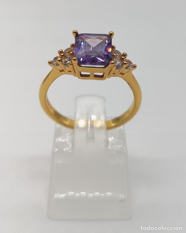 Joyeria: Bella sortija de corte art decó con acabado en oro de 18k, circonitas y amatista talla esmeralda . - Foto 3 - 172317302
