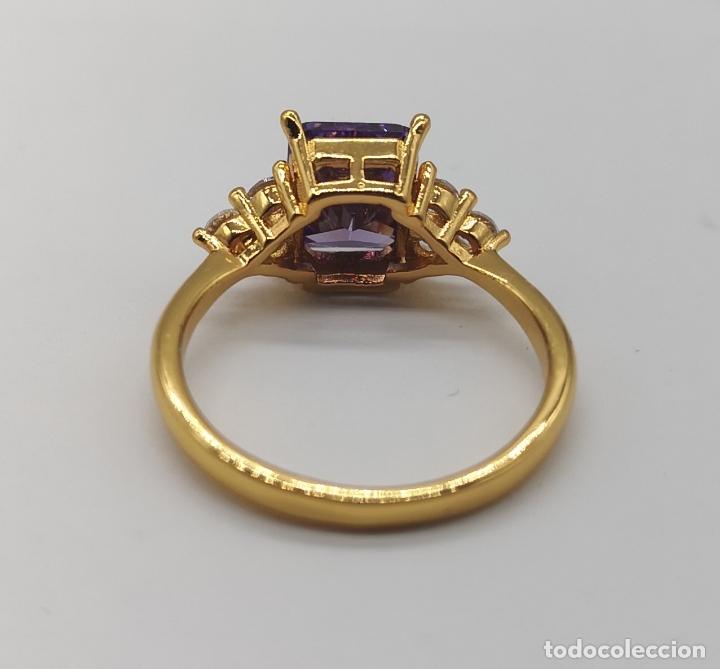 Joyeria: Bella sortija de corte art decó con acabado en oro de 18k, circonitas y amatista talla esmeralda . - Foto 7 - 172317302