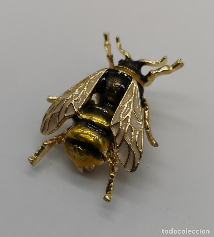 Joyeria: Sofisticado broche de estilo art decó en forma de abeja con acabado en oro y esmaltes al fuego . - Foto 2 - 172586169