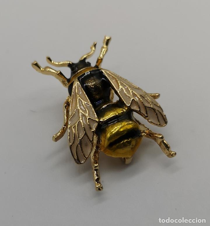 Joyeria: Sofisticado broche de estilo art decó en forma de abeja con acabado en oro y esmaltes al fuego . - Foto 4 - 172586169