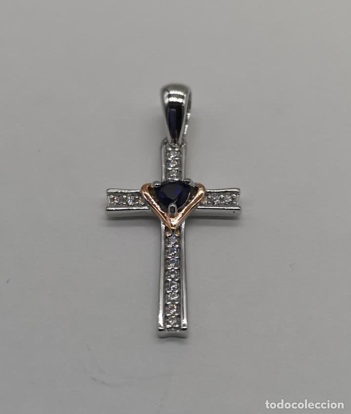 Joyeria: Elegante colgante en forma de cruz en plata de ley, oro de 18k, zafiro talla corazón y circonitas . - Foto 5 - 202670261