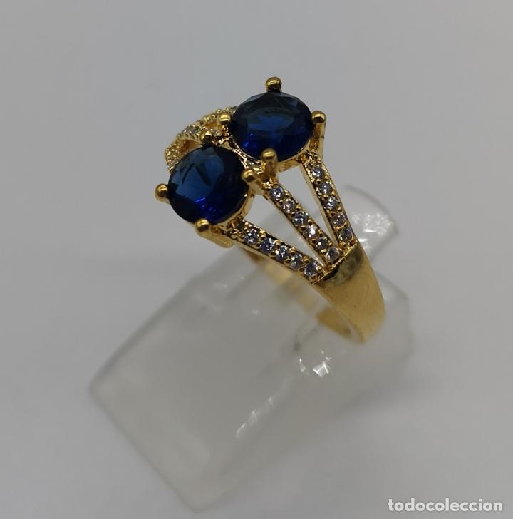 Joyeria: Elegante sortija de estilo art decó chapada en oro de 18k, circonitas y zafiros creados engarzados . - Foto 2 - 173873745