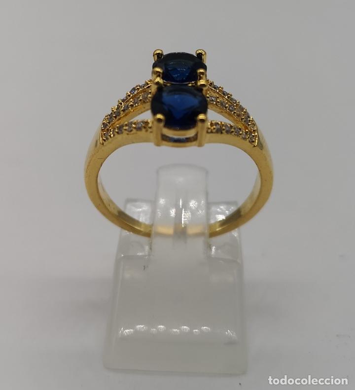 Joyeria: Elegante sortija de estilo art decó chapada en oro de 18k, circonitas y zafiros creados engarzados . - Foto 3 - 173873745