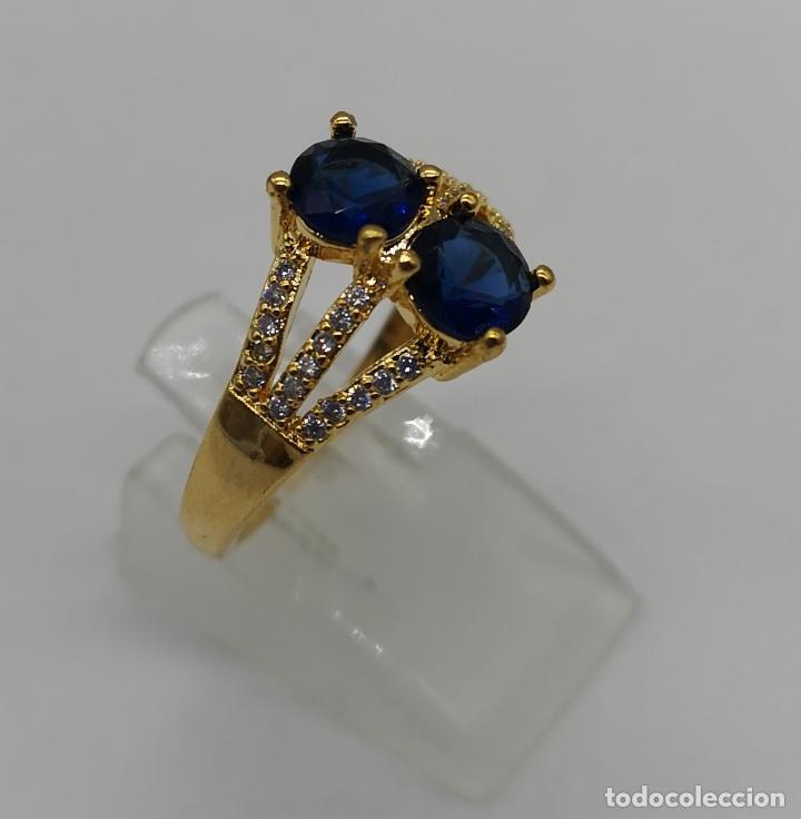 Joyeria: Elegante sortija de estilo art decó chapada en oro de 18k, circonitas y zafiros creados engarzados . - Foto 4 - 173873745