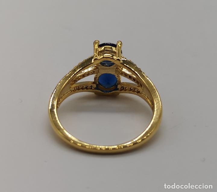Joyeria: Elegante sortija de estilo art decó chapada en oro de 18k, circonitas y zafiros creados engarzados . - Foto 6 - 173873745
