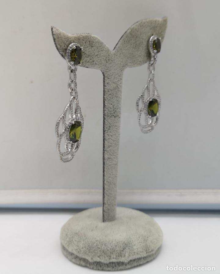Joyeria: Magníficos pendientes de lujo tipo art decó, en plata de ley laminada, circonitas y olivinas creadas - Foto 2 - 175262777