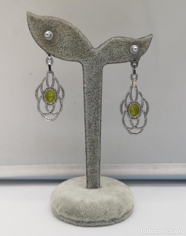 Joyeria: Magníficos pendientes de lujo tipo art decó, en plata de ley laminada, circonitas y olivinas creadas - Foto 3 - 175262777