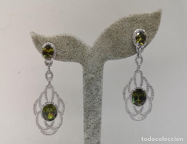 Joyeria: Magníficos pendientes de lujo tipo art decó, en plata de ley laminada, circonitas y olivinas creadas - Foto 5 - 175262777
