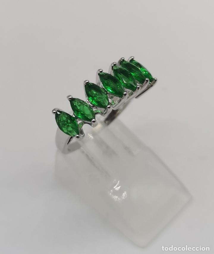 Joyeria: Preciosa sortija en plata de ley laminada con esmeraldas talla marqués creadas y engarzadas . - Foto 3 - 227004785