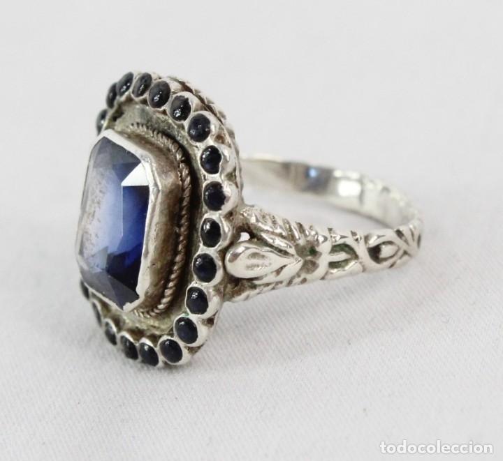 Joyeria: Bellísimo anillo de plata y zafiros azules. Todo el aro labrado finamente pps s XX - Foto 3 - 176891449