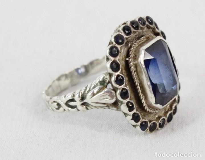 Joyeria: Bellísimo anillo de plata y zafiros azules. Todo el aro labrado finamente pps s XX - Foto 2 - 176891449