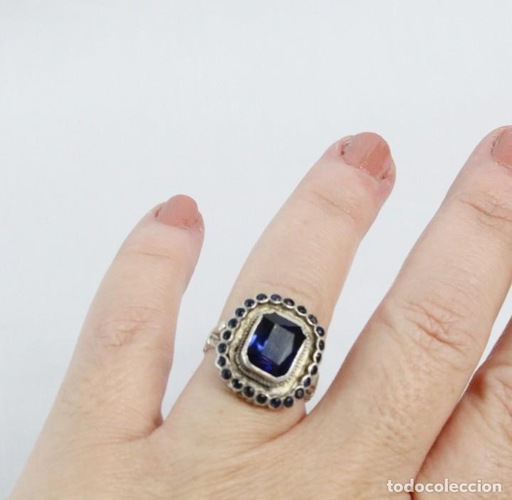 Joyeria: Bellísimo anillo de plata y zafiros azules. Todo el aro labrado finamente pps s XX - Foto 6 - 176891449