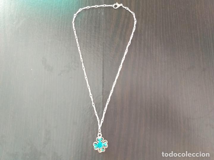 Joyeria: Cadena plateada con colgante. Flor con piedras en azul turquesa. Cadena.36 cm. Colgante 2 cm. - Foto 2 - 177586614
