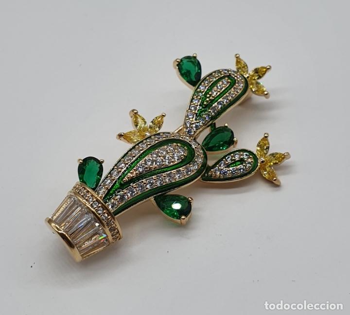 Joyeria: Elegante broche de lujo, cactus chapado en oro de 18k, circonitas, esmaltes, y pedrería engarzada . - Foto 4 - 179016108