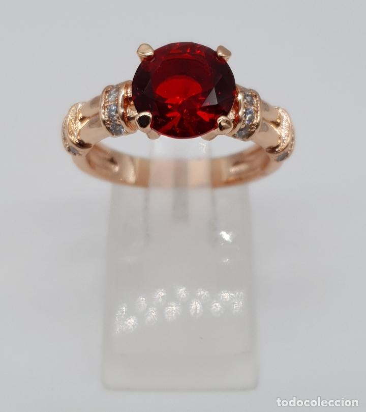 Joyeria: Elegante sortija vintage chapada en oro rosa de 18k, circonitas talla brillante y rubí creado . - Foto 2 - 199248891