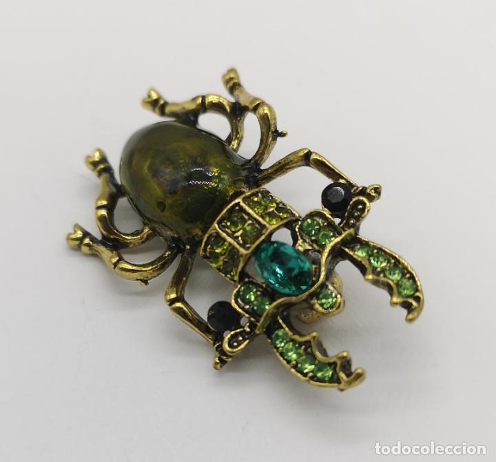 Joyeria: Original broche en forma de escarabajo con acabado en oro viejo, pedrería y esmalte verde al fuego . - Foto 3 - 197277547