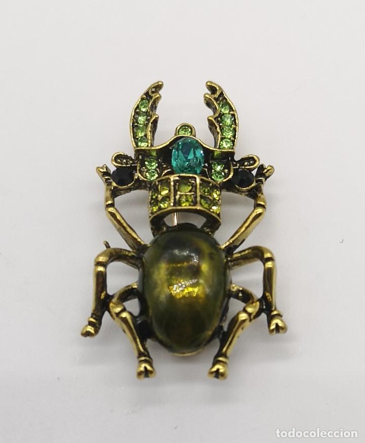 Joyeria: Original broche en forma de escarabajo con acabado en oro viejo, pedrería y esmalte verde al fuego . - Foto 4 - 197277547