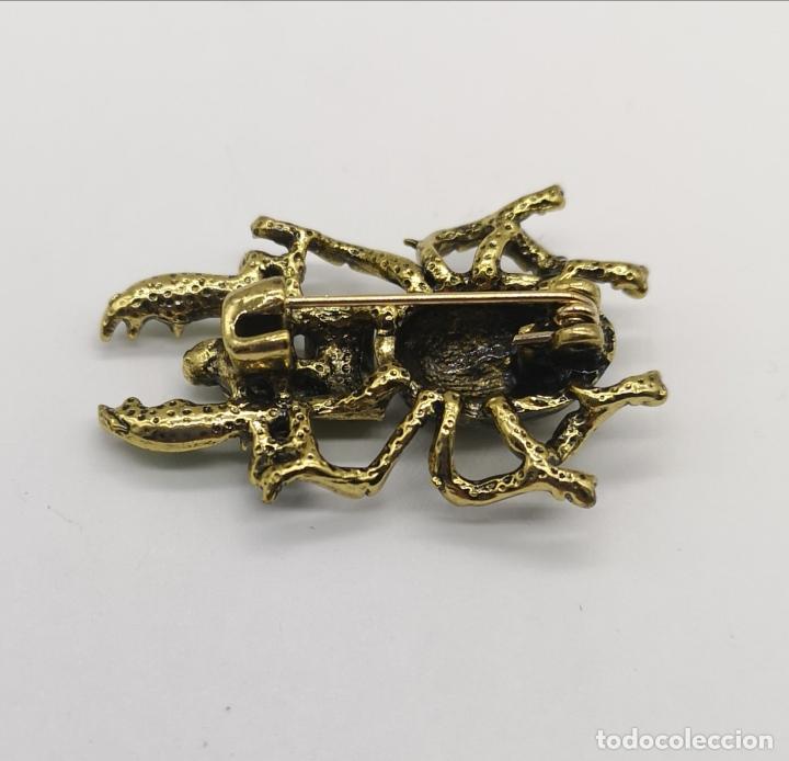 Joyeria: Original broche en forma de escarabajo con acabado en oro viejo, pedrería y esmalte verde al fuego . - Foto 5 - 197277547
