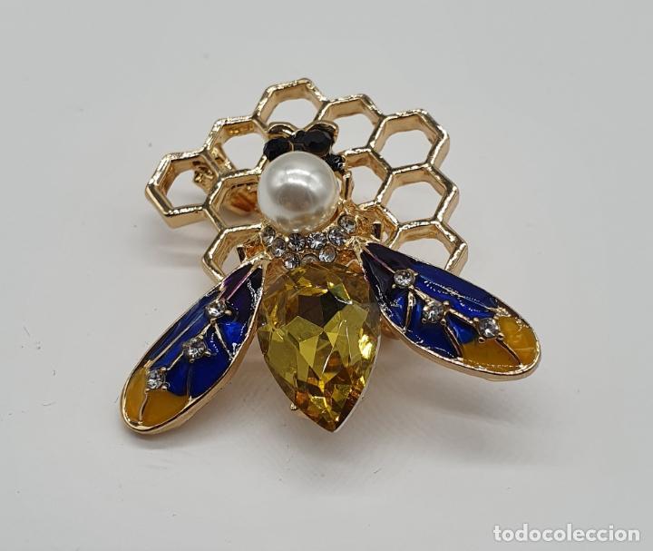 Joyeria: Precioso broche de abeja sobre panal con acabados en oro, esmaltes, perla y cristal austriaco . - Foto 2 - 184840611