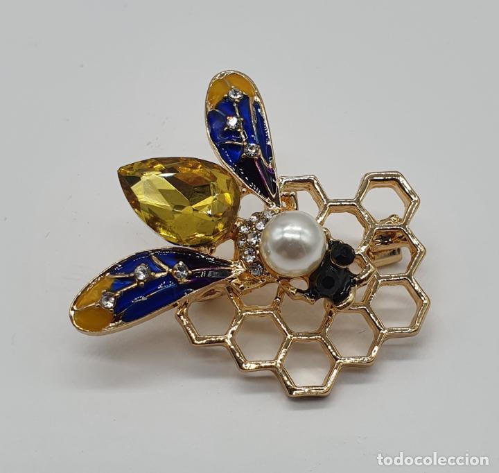 Joyeria: Precioso broche de abeja sobre panal con acabados en oro, esmaltes, perla y cristal austriaco . - Foto 3 - 184840611
