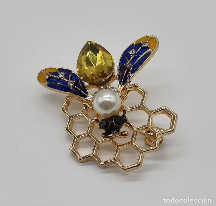 Joyeria: Precioso broche de abeja sobre panal con acabados en oro, esmaltes, perla y cristal austriaco . - Foto 4 - 184840611