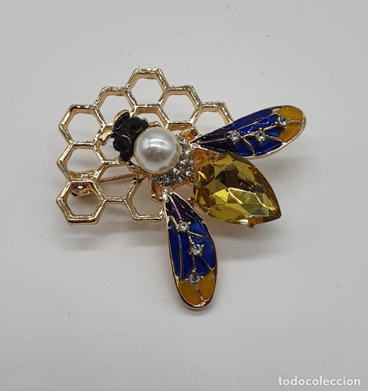 Joyeria: Precioso broche de abeja sobre panal con acabados en oro, esmaltes, perla y cristal austriaco . - Foto 5 - 184840611