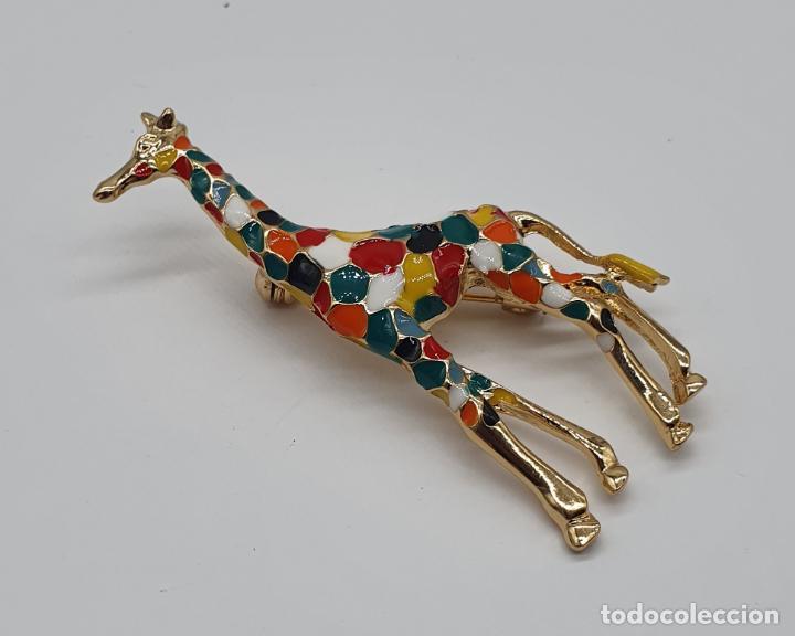 Joyeria: Elegante y moderno broche de jirafa con baño de oro de 18k y esmaltes diseño tipo Gaudí . - Foto 2 - 254578390