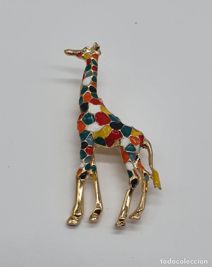 Joyeria: Elegante y moderno broche de jirafa con baño de oro de 18k y esmaltes diseño tipo Gaudí . - Foto 3 - 254578390