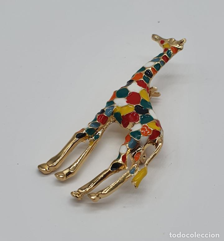 Joyeria: Elegante y moderno broche de jirafa con baño de oro de 18k y esmaltes diseño tipo Gaudí . - Foto 4 - 254578390