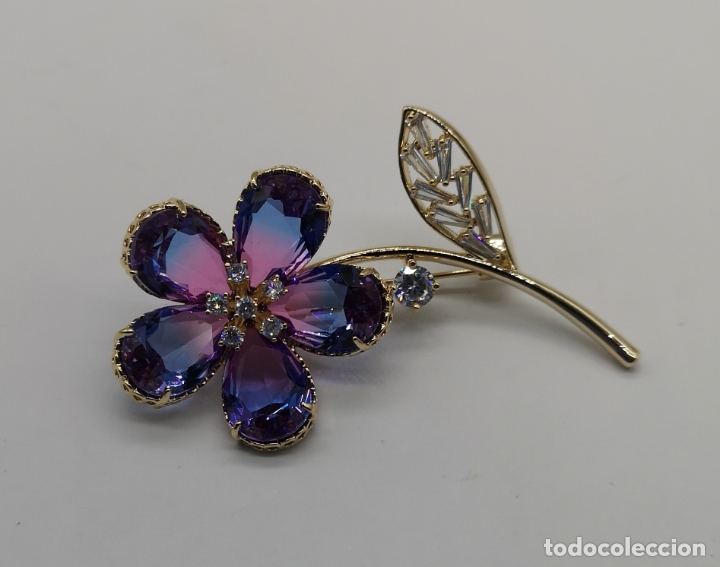 Joyeria: Magnífico broche flor de lujo chapado en oro de 18k, circonitas y cristal austriaco tono turmalina . - Foto 2 - 187595865