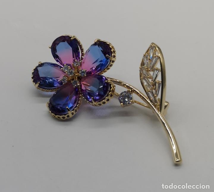 Joyeria: Magnífico broche flor de lujo chapado en oro de 18k, circonitas y cristal austriaco tono turmalina . - Foto 3 - 187595865