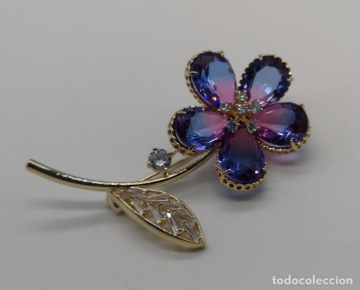 Joyeria: Magnífico broche flor de lujo chapado en oro de 18k, circonitas y cristal austriaco tono turmalina . - Foto 5 - 187595865