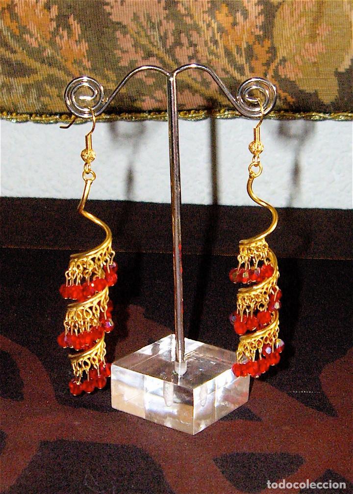 PENDIENTES LARGOS DE CRISTALES SWAROVSKI ROJO METAL BANO DE ORO (Joyería - Pendientes Antiguos)