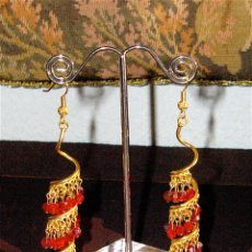 Joyeria: PENDIENTES LARGOS DE CRISTALES SWAROVSKI ROJO METAL BANO DE ORO. Lote 190393513